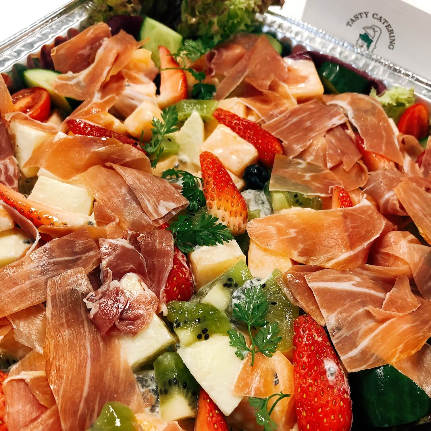 鮮果沙律伴風乾火腿 Assorted Fresh Fruit Salad with Parma Ham